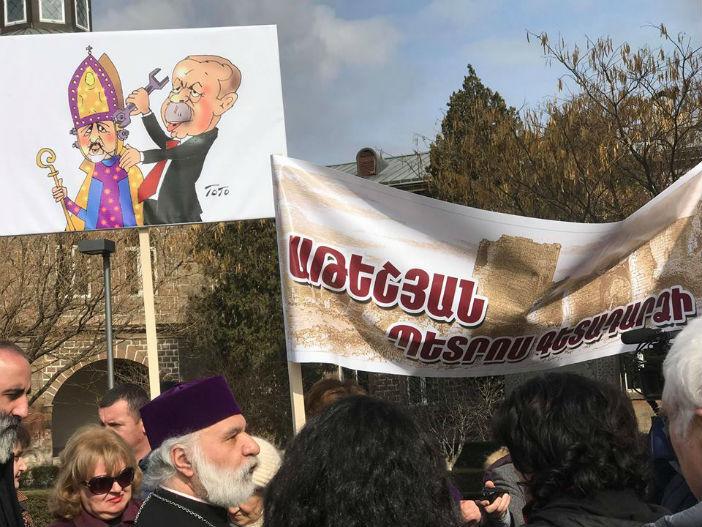 Ateşyan Eçmiadzin'de protesto edildi