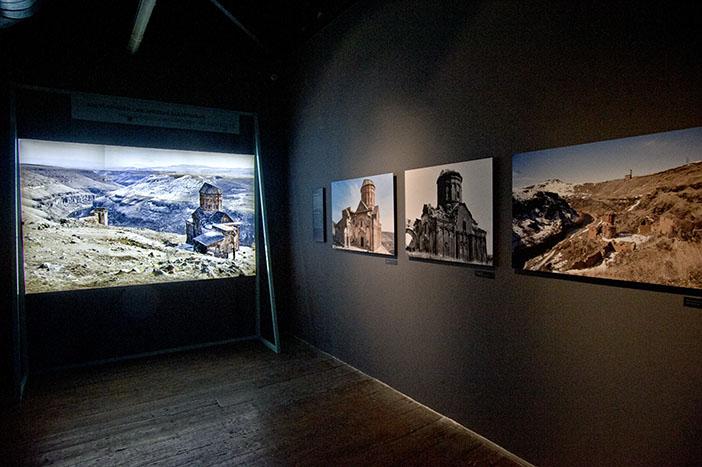 'Taşın Şiiri Ani: Kültürlerin Kavşağında Bir Mimarlık Hazinesi' sergisi. Fotoğraf: Berge Arabian
