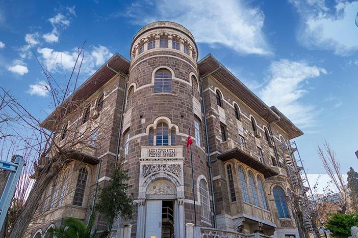 Günümüzde Etnografya Müzesi olarak kullanılan yapı, Değirmendağı'nda kadim Yahudi Mezarlığı'nın arazisi üzerinde eski Devlet Hastanesinin tam karşısında hisarvari kulesi ve ilginç taş mimarisi ile dikkat çekiyor. Vali Rahmi Bey zamanında yetimhane olarak inşa edilmeye başlanan yapının inşası İzmir'in Yunan ordusu tarafından işgaliyle yarım kaldı. Yunan işgal yönetimi döneminde tamamlanan yapı, öksüz Rum çocukları için kullanıldı. Bu dönemde binaya takılan 'Piçhane' adı günümüze günümüze kadar geldi. Cumhuriyet döneminde önce Halk Sağlığı Enstitüsü, ardından da uzun yıllar İl Sağlık Müdürlüğü olarak kullanılan bina 1984'te Kültür Bakanlığı'na devredildi. Bir bölümü İzmir Etnografya Müzesi olarak kullanılırken, büyük bölümü 1987'den bu yana İl Kültür Müdürlüğü olarak hizmet veriyor.
