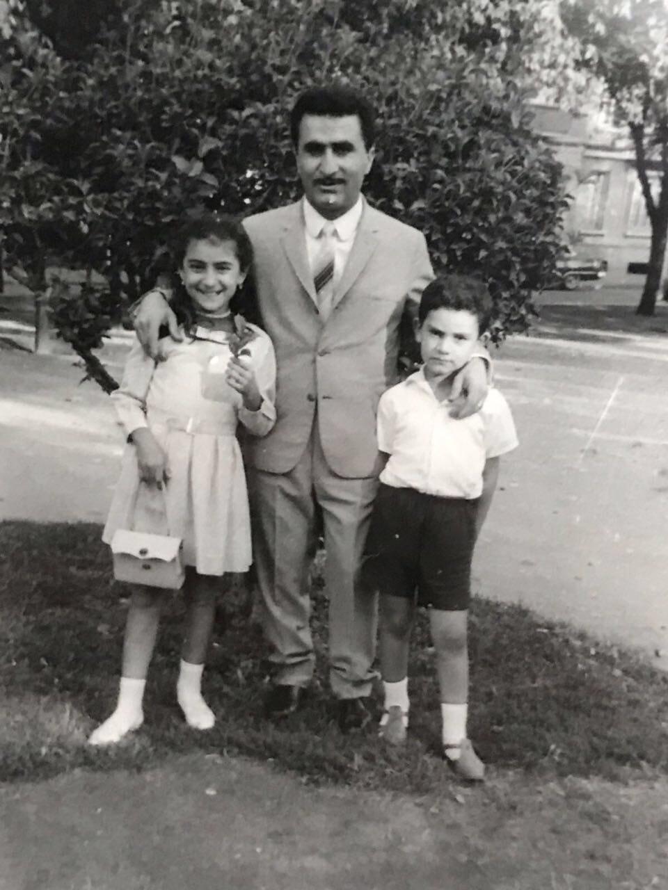 Albert Sevinç, ablası Nadya ve babası İsa Hadodo ile birlikte