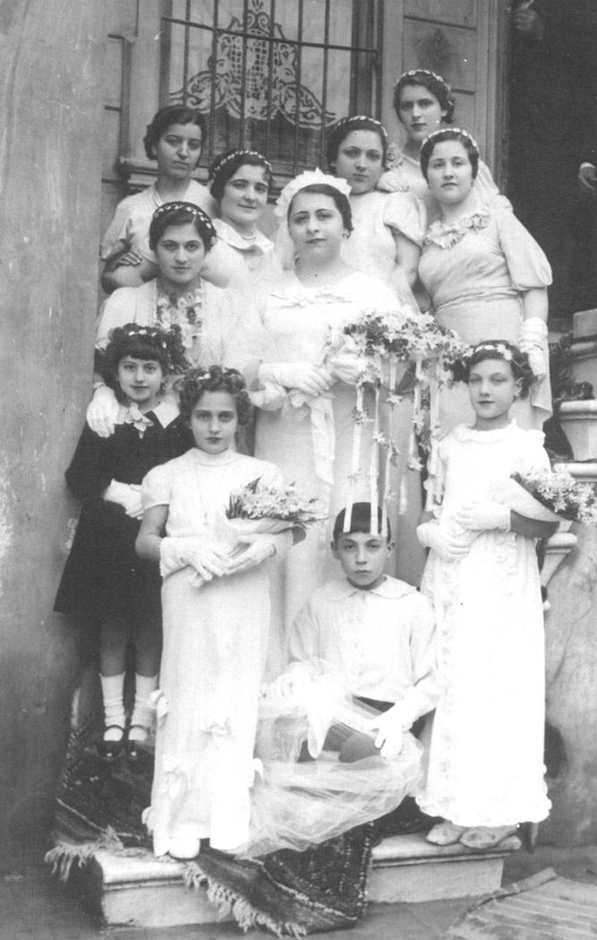 Kumkapılı Arapoğlu Ailesinin kızı Stella'nın düğün günü evden çıkışı (1933, Hristo İnepekoğlu Arşivi)