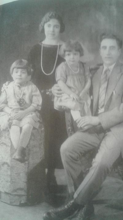 Harry Harootuninan'ın anne ve babası kız çocuklarıyla birlikte