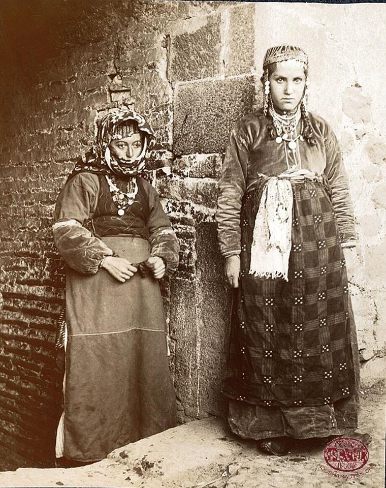 Muş bölgesinden tarihsel kıyafetlerile Ermeni kadınları  (Arşiv)
