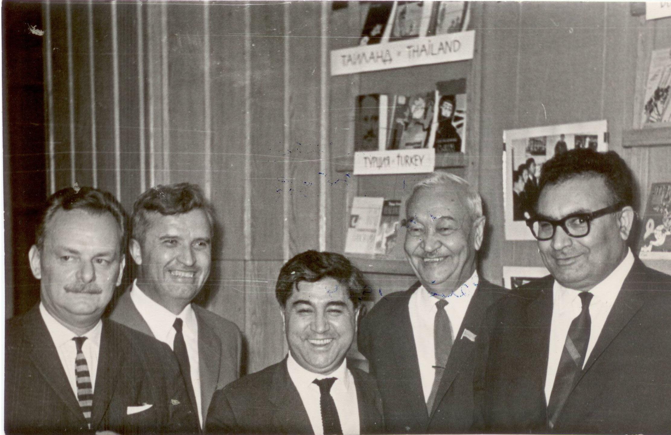 Anday, Kemal ve Nesin, Moskova'da Asyalı ve Afrikalı Yazarlar Birliği toplantısında (Kaynak: Yaşar Kemal Arşivi)