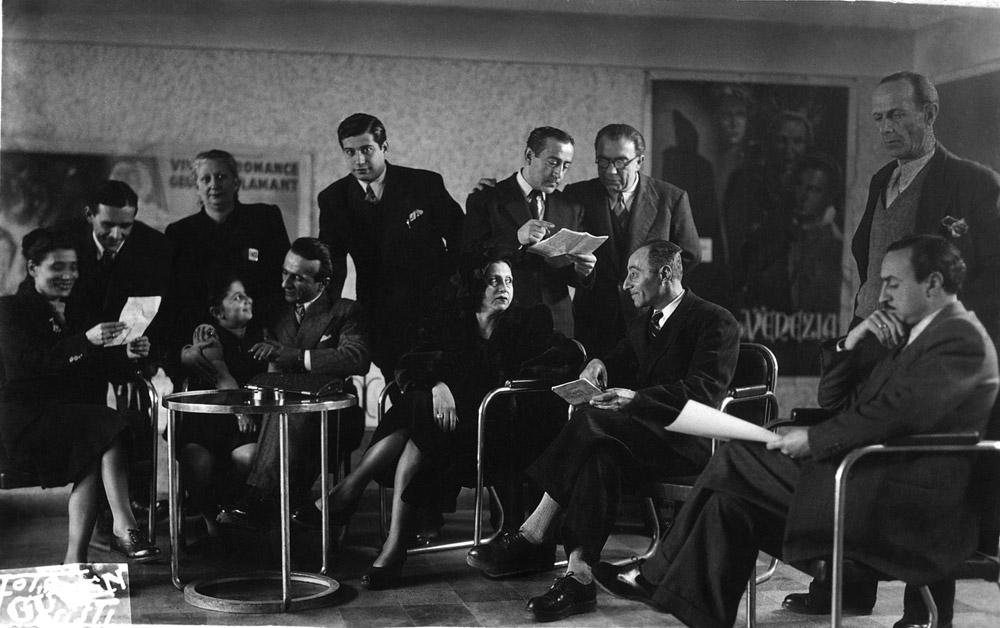 Sağda ayakta, Mnakyan Kumpanyası'nın kurucusu Oksen Şahinyan, sağda oturan Hagop Ayvaz (Pangaltı İnci Sineması)