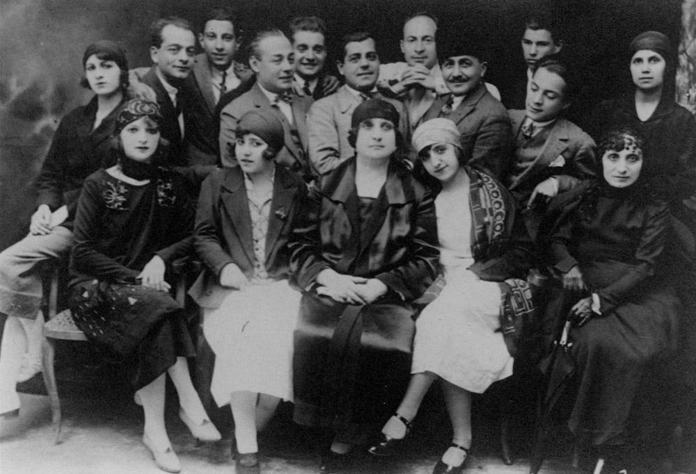 Darülbedayi'nin Ferah Tiyatrosu'nda sahne aldığı dönemdeki kadrosu: Muammer Karaca, Behzat Butak, Hazım Körmükçü, Galip Arcan, Muhsin Ertuğrul, Nurettin Şefkati, Küçük Kemal (Kemal Küçük), ön sırada sağdan ikinci Neyyire Neyir Ertuğrul