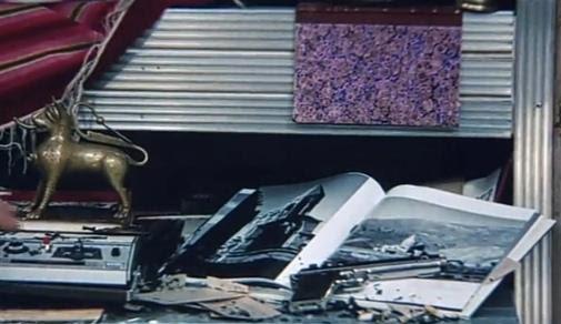 Guibariane'nin odasındaki kitapta görülen Kars Ani harabelerinin üzerinde küller, silah ve sigara izmaritleri.