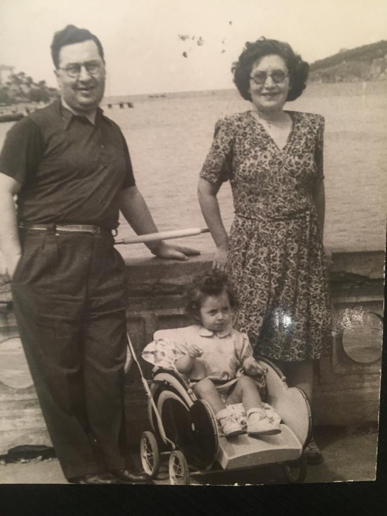 Viktorya ve Ara Aginyan, pusette kızları Sosi. Büyükada, 1947