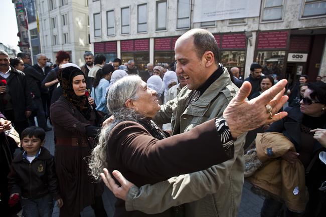 Ahmet Şık Cumartesi Anneleri İle Kucaklaştı