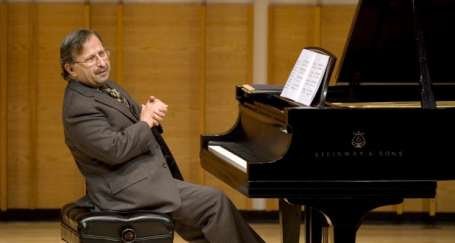 Şahan Arzruni'nin piyanosundan Komitas