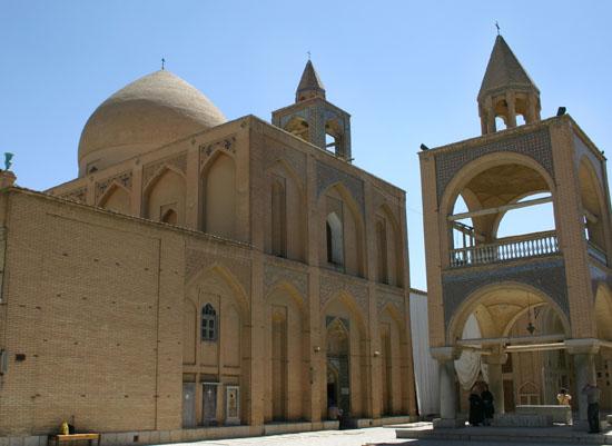 İran'daki tarihi mekânlara Ermeni dini önderin üflediği nefes
