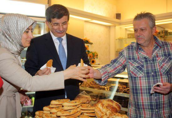 Davutoğlu, Atina'da İstanbullu Rumları ziyaret etti