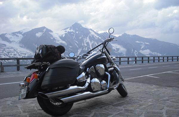 Alplere motorla tırmandı