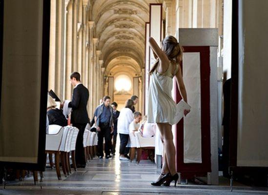 Paris restoranında iyi bir masa mı istiyorsunuz? Ünlü, çekici ve beyaz olun