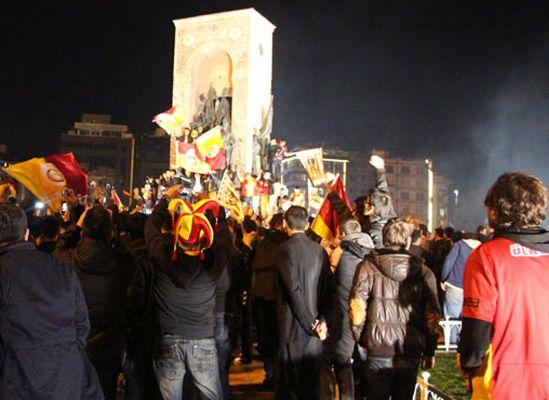 Vali Taksim'e çıkan Galatasaraylıları tebrik etti