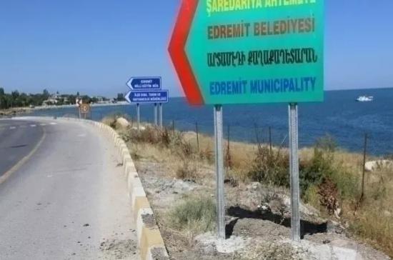 Edremit'te Ermenice de artık kent tabelasında