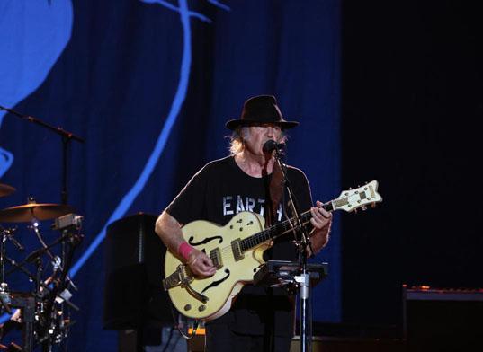 Neil Young İstanbul'dan yağmurla geçti: Keşke yalnız bunun için sevseydik seni!