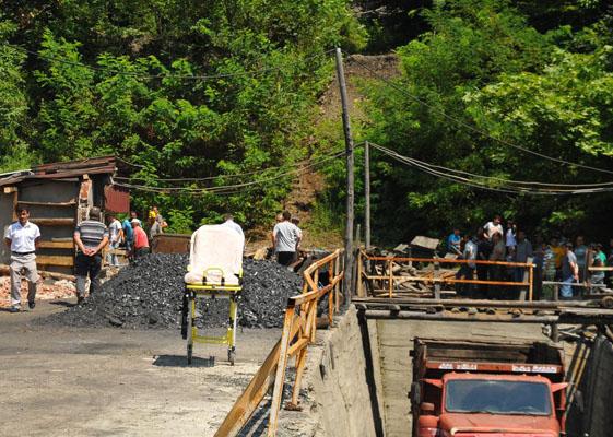 Madende mahsur kalan işçiler kurtarıldı