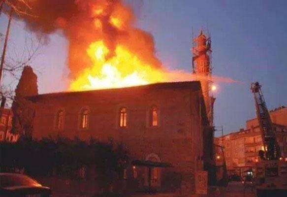 Yine Esenyurt, yine Caferi Camii'ne saldırı