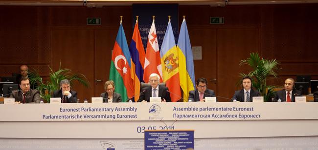 Üç Azeri vekil Erivan'a gidiyor