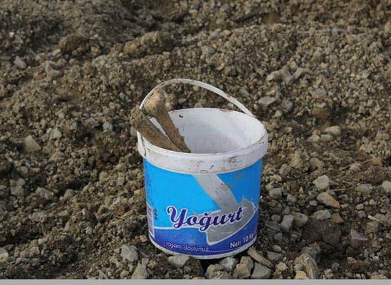 Mezardan çıkarıp yoğurt kabına koydular!