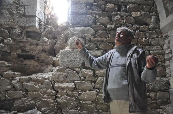 Defineciler Ermeni Kilisesi'nin her tarafını kazdı
