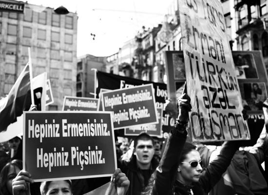 Taksim'de büyük provokasyona polis engel olmuş