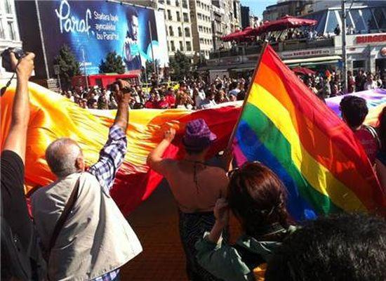 LGBT'ler Taksim'de yürüdü
