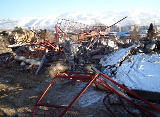 Belediye'nin iş makineleri Malatya Ermeni Mezarlığı'nda yıkım yaptı