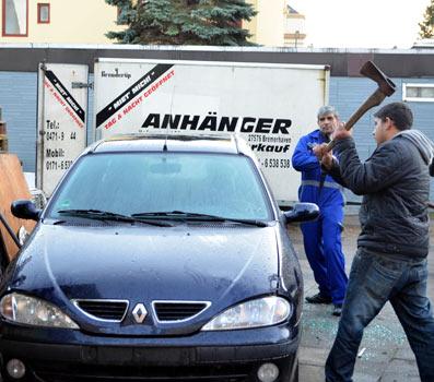 Fransa'ya tepki için otomobilini parçaladı
