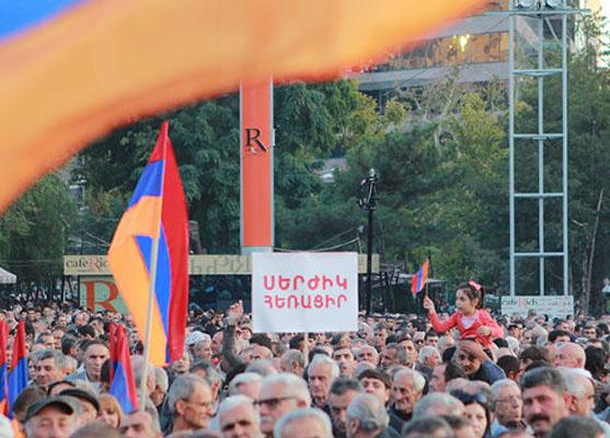 Yerevan doğum gününü eylemlerin gölgesinde kutladı