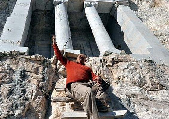 Nişanyan 'Kaya Mezarları'nın açılışını yaptı