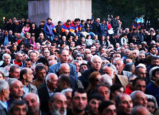 Yerevan'da binlerce kişi Avrasya Ekonomik Birliği imzasına öfkeli